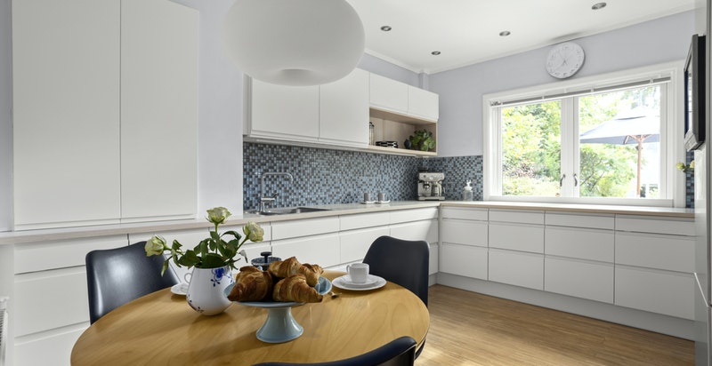 Praktisk utformet kjøkken med både rikelig med skap- og benkeplass til matlagingen.