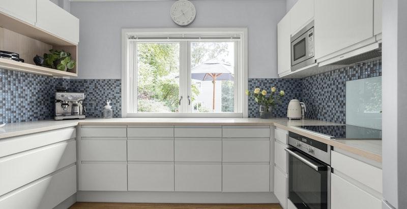 Videre fra spisestuen finner du kjøkkenet i en praktisk og separat løsning.