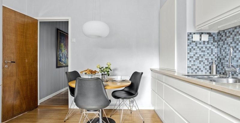 Kjøkkenet er fra HTH med en fin og tidløs innredning. Det er plass til spisebord som passer fint til de enklere måltid.
