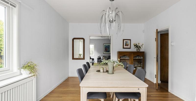 Spisestuen har god plass til langbord, og er et hyggelig sted å både samle venner og familie.
