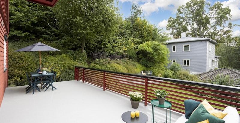 Fra terrassen er det videre utgang til boligens hageareal.