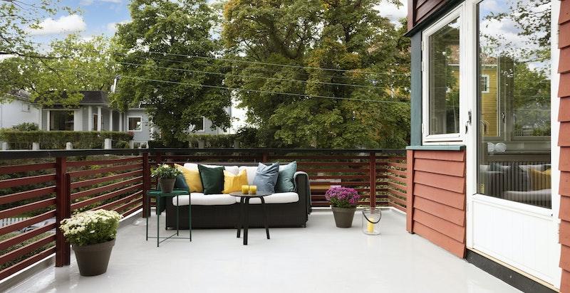 Terrassen har gode solforhold - et perfekt sted å nyte lange, solfylte sommerdager.