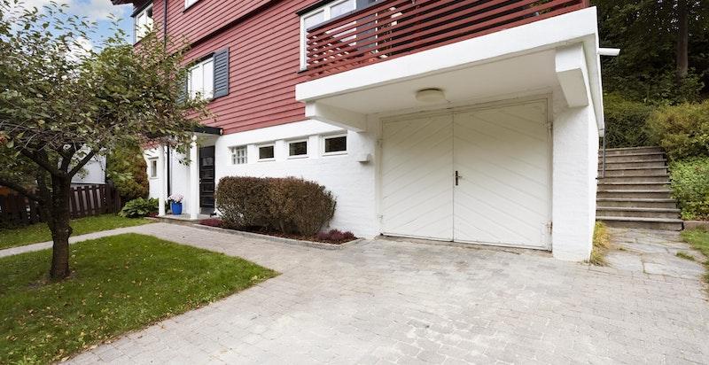 Boligen har et hyggelig inngangsparti med plass til en biloppstillingsplass, samt parkering i integrert garasje.