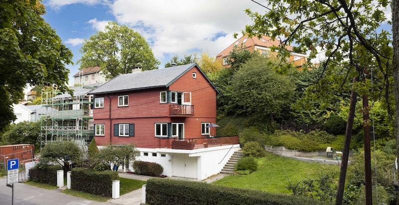 Velkommen til Hasselhaugveien 31 - en fantastisk enebolig over tre etasjer med pent opparbeidet tomt, solrike uteplasser og en svært attraktiv beliggenhet.