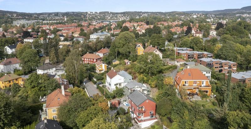 Meget attraktiv og sentral beliggenhet i et særdeles populært villastrøk i nærheten av byen.