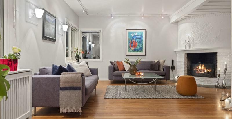 Peisen i stuen gir en god og lun følelse - et sted det er hyggelig å samles.