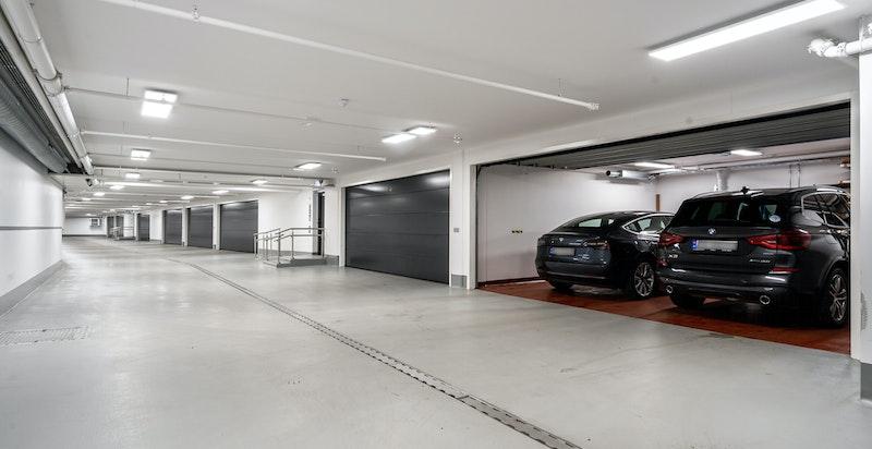 Lukket dobbelgarasje i felles parkeringskjeller