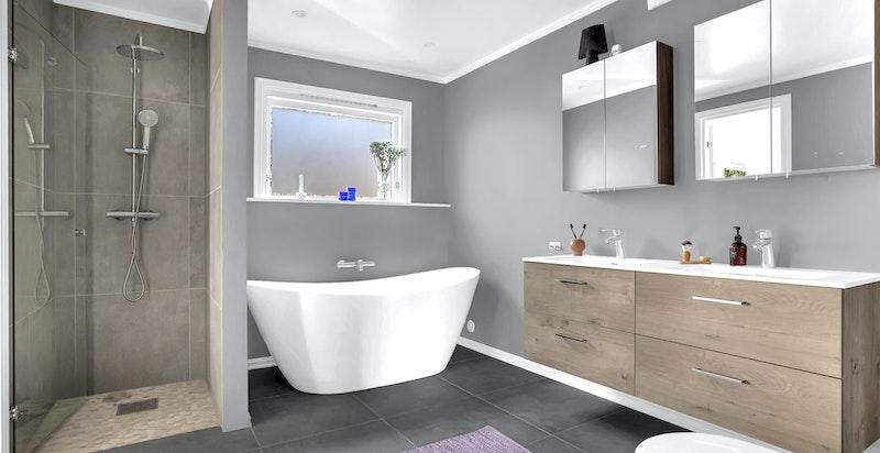 - Delikat bad med vegghengt innredning, frittstående badekar, dusjnisje med dør i herdet glass og vegghengt wc -