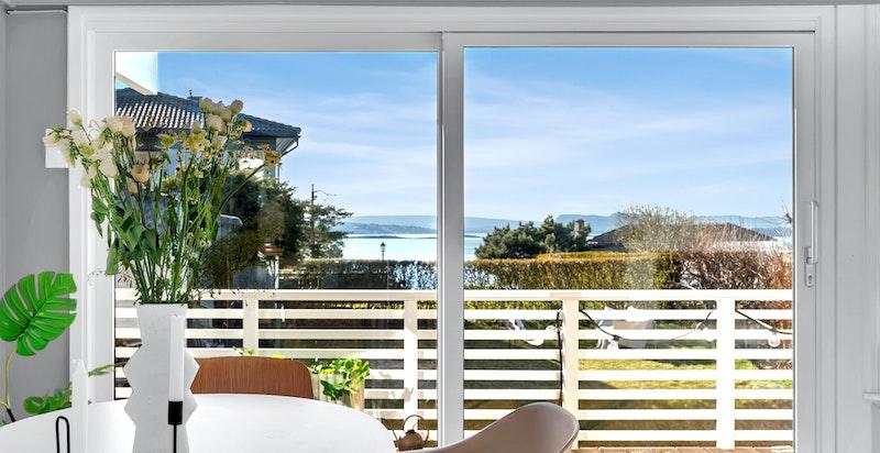 - Store vindusflater som gir rikelig med naturlig lys -