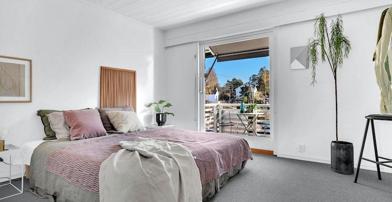 - Stort hovedsoverom med god plass til dobbeltseng, tilhørende nattbord og garderobeskap -