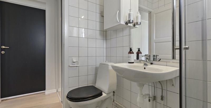 Badet har også plass til vaskemaskin