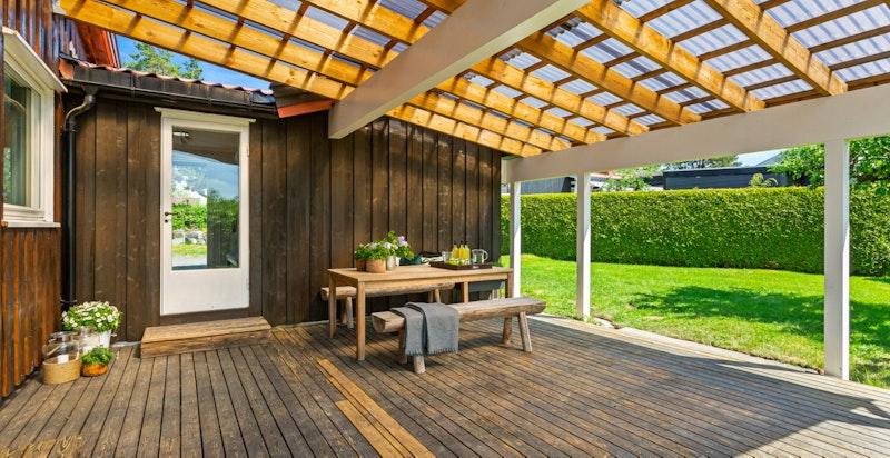 Terrassen har god plass til familie og venner