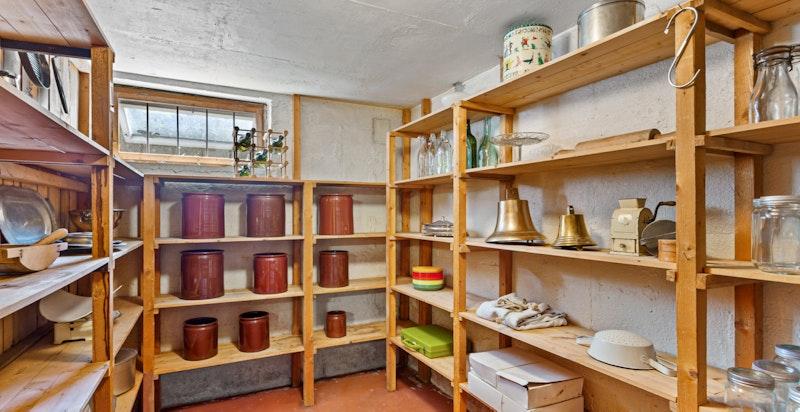 Huset har mer enn nok med bodplass. Her fra den store matboden