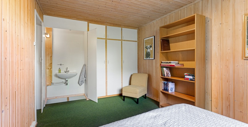 Soverom nr. 5 i u.etg. Garderobeskap med innebygget vaskeservant