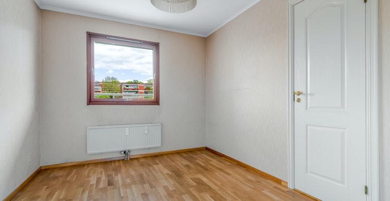 Soverom 2. av god størrelse. Dette rommet kan også brukes som hovedsoverom. God plass til dobbeltseng.