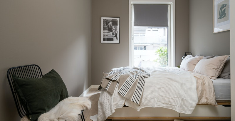 Soverommet er i likhet med resten av leiligheten malt i svale, fine farger.