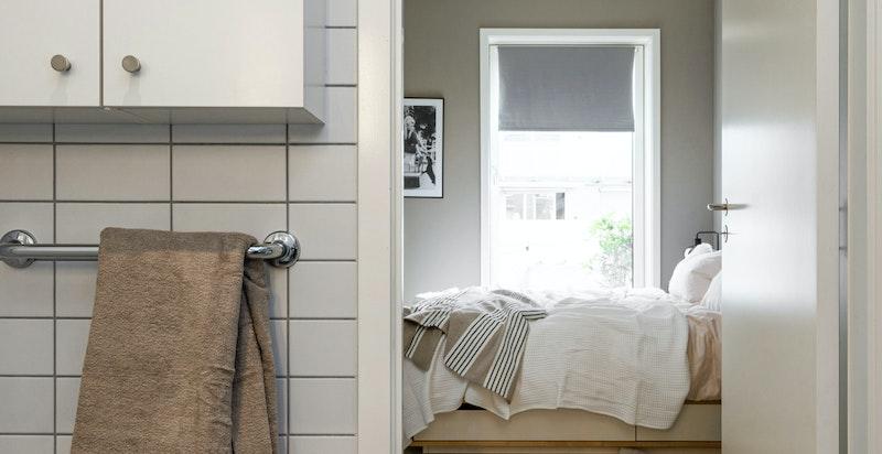 Baderommet har fin størrelse og enkeltheten med inngang fra soverommet gjør starten på dagen hakket enklere.
