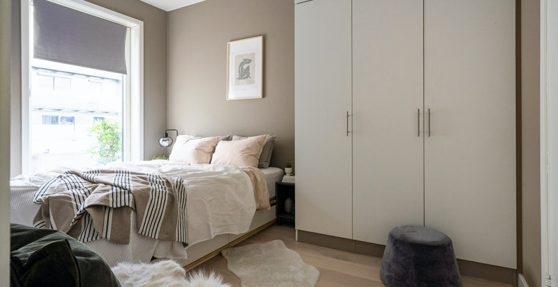Romslig soverom med god plass til dobbeltseng og godt med garderober.