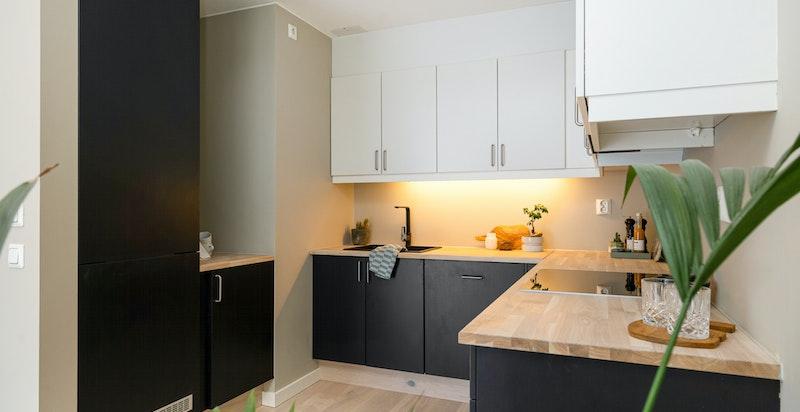 Kjøkkenet har rikelig med oppbevaring og det er i tillegg innebygget kjøleskap med fryser.