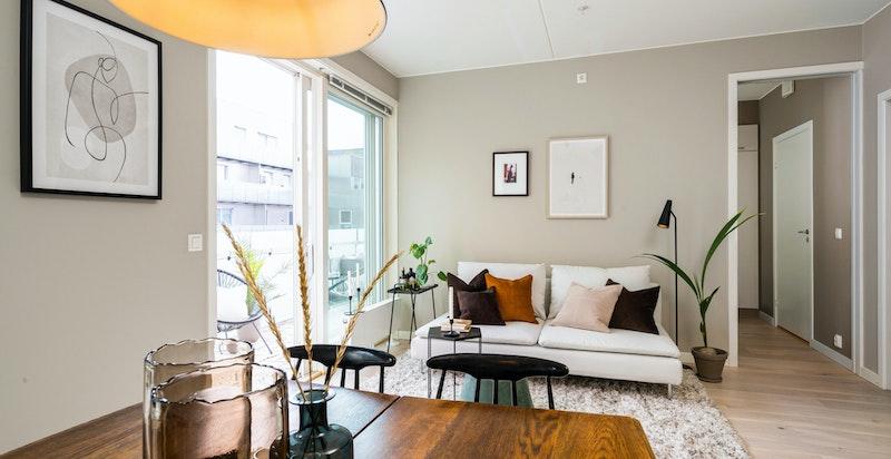 Det er god takhøyd i hele boligen og dens sørøstvendte beliggenhet, samt store vindusflater gjør at den er svært lys.