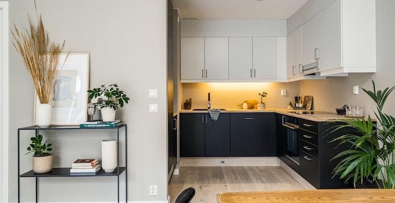 Kjøkkenet ble pusset opp i 2021 med nymalte skrog, nye hvitevarer, ny benkeplate og ny armatur.