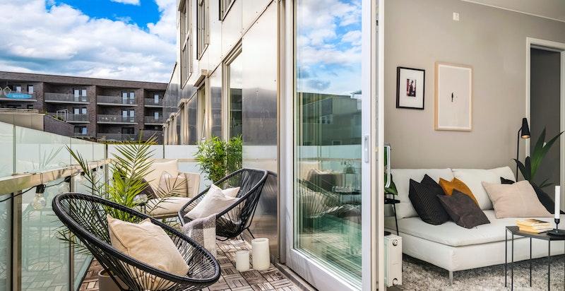 Leiligheten ligger svært solrikt til og har en flott terrasse på 12 kvm som ligger sydøstvendt.