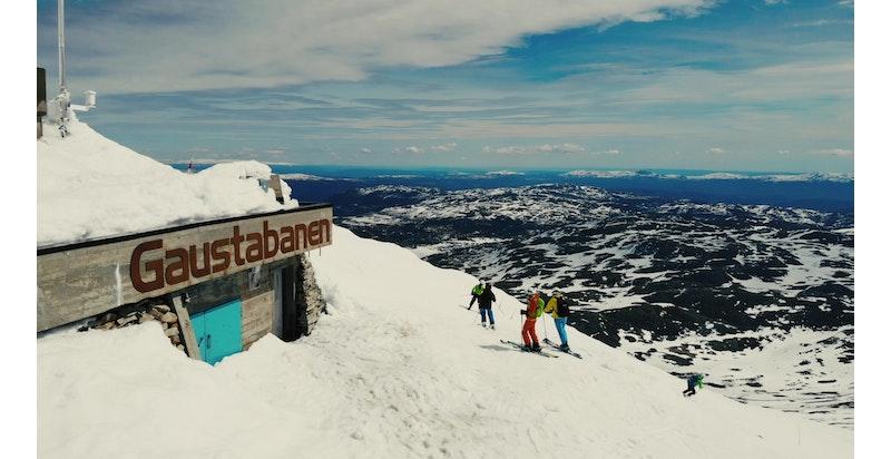 Ta Gaustabanen inne i Gaustatoppen opp til 1 883 meter over havet og stå på ski helt ned til Rjukan 250 meter over havet