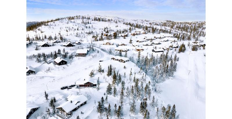 Foto av området fra februar 2021. Toppen H2 Kvitåvatnlia i midten over eksisterende bebyggelse i Kvitåvatnlia og Soria-Moria fjellgrend