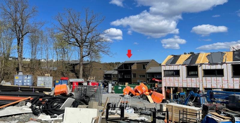 Bilde tatt fra byggeplass. Rekkehus R407 ligger på enden og er merket med rød pil