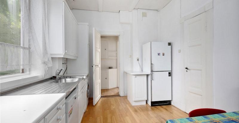 Kjøkkenet er av god størrelse.