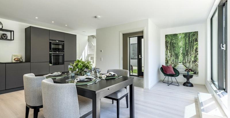 1. etasjen byr på et nydelig kjøkken med spisestue, integrert dobbelgarasje og en romslig entré.