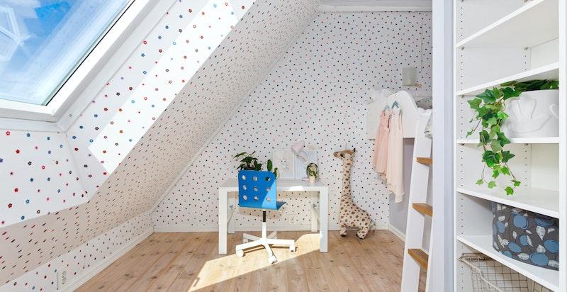 Det er laget en plassbygget og praktisk seng på stedet av møbelsnekker.
