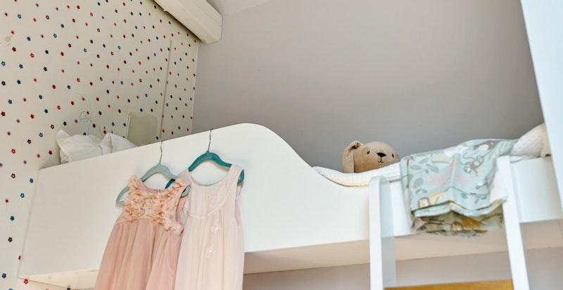 Barnerommet får inn mye naturlig dagslys via takvindu over sengen.