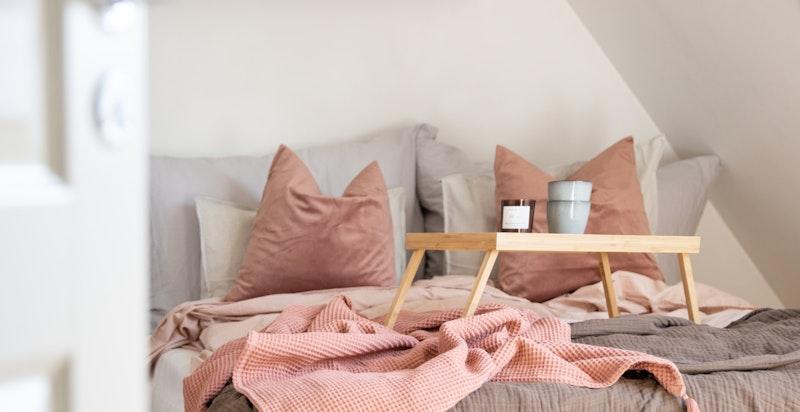 Boligen har tre romslige soverom, noe som også er sjeldent i Hagebyleilighetene.