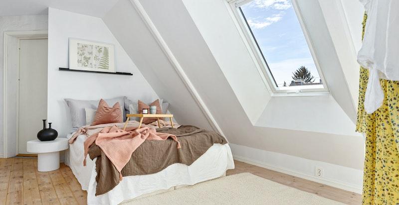 Soverommet har god plass til stor dobbeltseng, hjemmekontor eller øvrig møblement etter ønske.