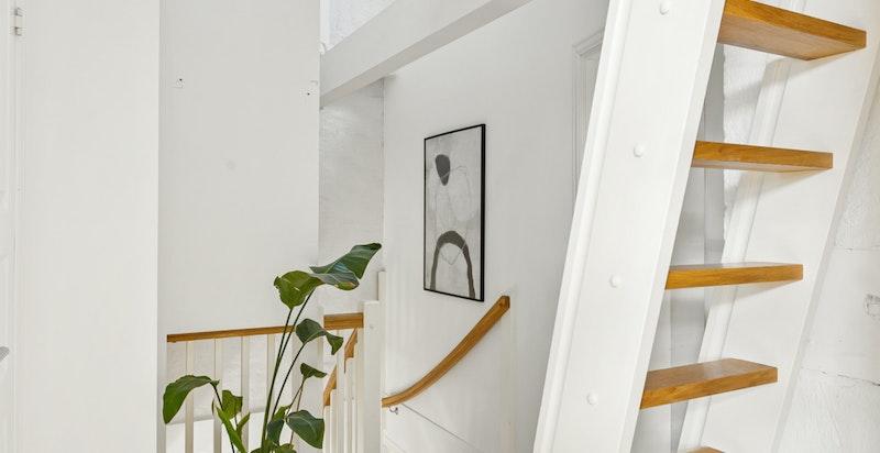 Fra 4.etasje går det trapp opp til praktisk hems.