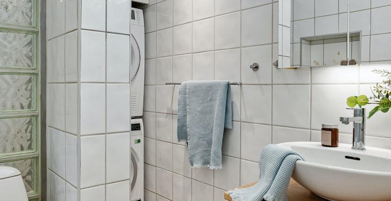 Badet ligger i boligens tredje etasje i fin tilknytning til entré og oppholdsrom.