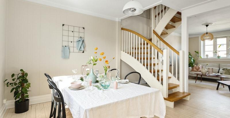 Planløsningen sørger for naturlige soner, og har god plass til både sofaseksjon og spisebord.