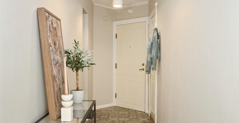 Flislagt gulv med behagelig gulvvarme som er med på å varme opp leiligheten på vinteren. Gulvvarmen er også praktisk for tørking av klær/sko.