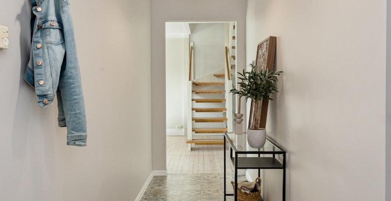 Entréen er langstrakts og innbydende med flotte fliser og god plass til sko og yttertøy.