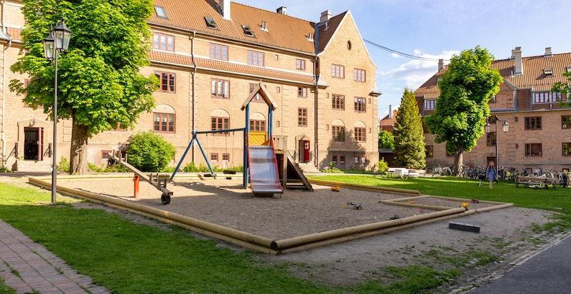 Bakgården er en av de større i hagebyen med god plass til å kunne ha private samlinger, samt lek og moro for hele familien.