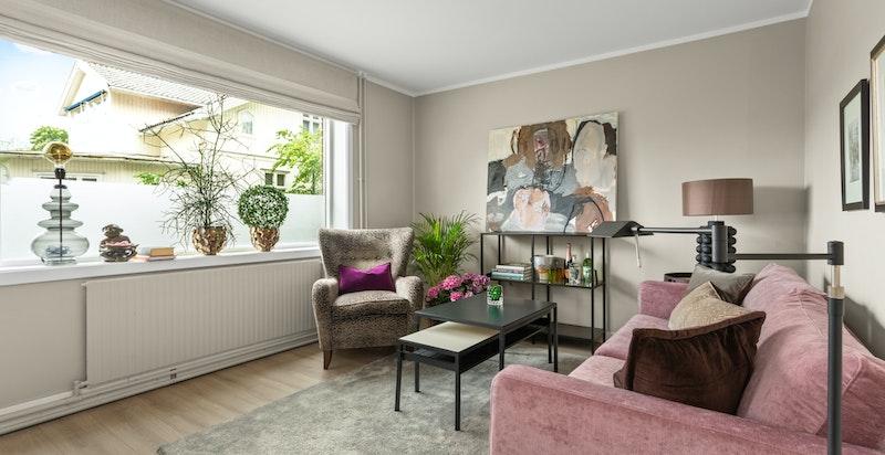 Store vinduer som slipper inn rikelig med naturlig sollys er gjennomgående i hele leiligheten.