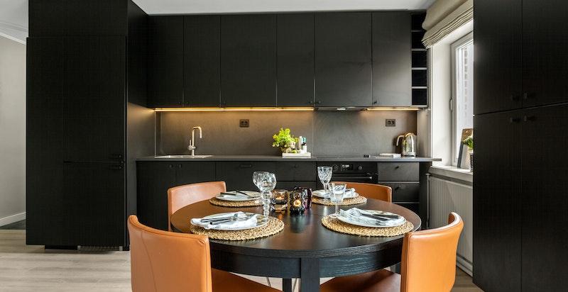I kjøkkensonen er det plass til spisebord - et hyggelig sted å samles for sosiale sammenkomster.