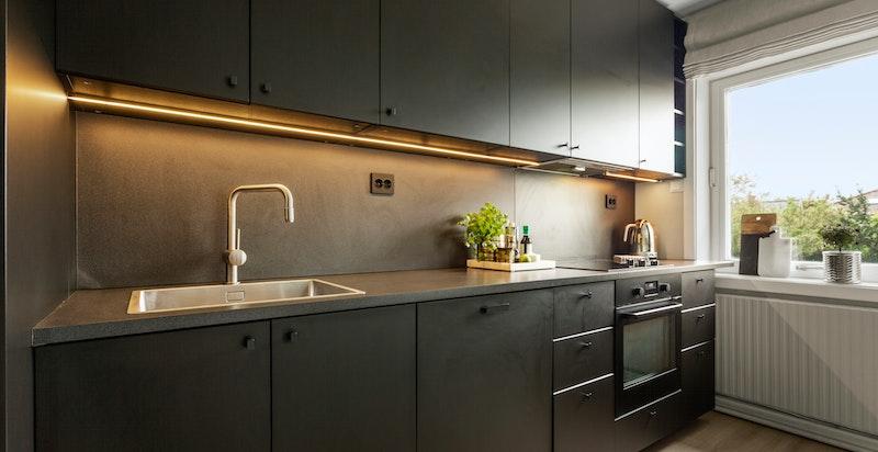 Boligen har hyggelig og rolig utsyn fra kjøkkenvinduet.