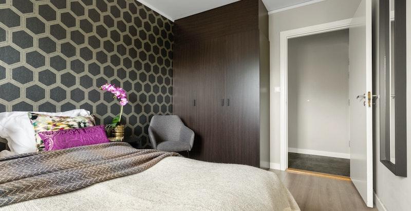 Soverommet har god plass til dobbeltseng og garderobeskap for oppbevaring.