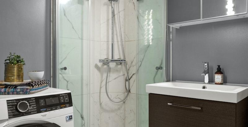 Badet har opplegg for vaskemaskin og tørketrommelig. Det er i tillegg stort og trivelig fellesvaskeri i etasjen under.