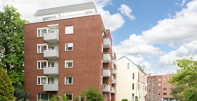 Leiligheten ligger i et sentralt, urbant og meget ettertraktet boligområde på Majorstuen med umiddelbar nærhet til et rikt servicetilbud og yrende bymiljø.