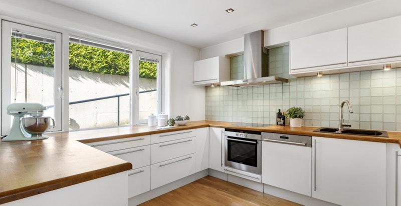 Lekkert funksjonelt familiekjøkken med meget god benkeplass og lagringsplass.