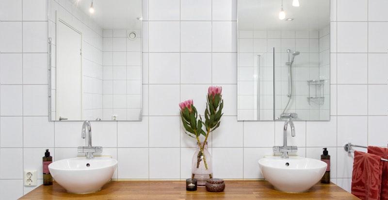Lekkert bad med dobbel servant, badekar og dusj