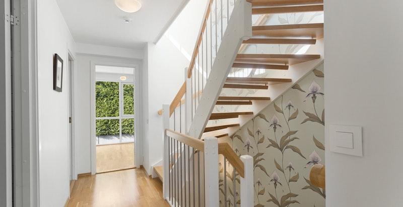 Gang/trappegang 2. etg., som består av 3 gode soverom og bad. Egen balkong fra hovedsoverom